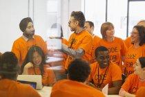 Hackers codage pour la charité au hackathon — Photo de stock