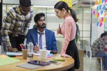 Entrepreneurs créatifs remue-méninges dans la salle de conférence — Photo de stock