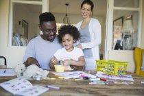 Eltern und Tochter Färbung am Tisch zusammen — Stockfoto