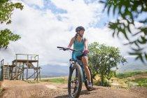 Горный велосипед на солнечной полосе препятствий — стоковое фото