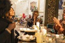 Щаслива родина мульти покоління, насолоджуючись Різдвяна вечеря — стокове фото