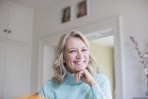 Portrait souriant, confiante femme mature — Photo de stock