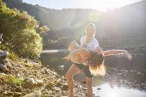 Грайливий пару сонячних літніх на озеро — стокове фото