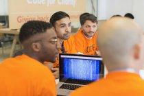 Hackers dédiés codage pour la charité au hackathon — Photo de stock