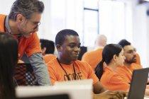 Pirates au ordinateurs portables codant pour la charité hackathon — Photo de stock