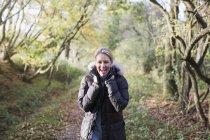 Портрет щасливі блондин жінка в осінній спорядження постановки на парк — стокове фото