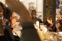Feliz familia de múltiples generaciones disfrutando de una cena de Navidad - foto de stock