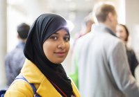 Porträt lächelnde, selbstbewusste Geschäftsfrau im Hidschab — Stockfoto
