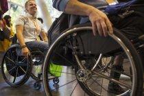 Pessoas que chegam em cadeiras de rodas no escritório moderno — Fotografia de Stock