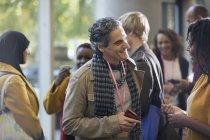 Бизнесмен беседует с коллегой на конференции — стоковое фото