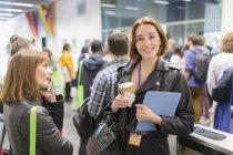 Портрет улыбающейся деловой женщины с кофе на конференции — стоковое фото