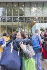 Estudantes universitárias com sacos abraçando fora do edifício — Fotografia de Stock