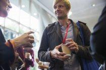 Les gens d'affaires avec réseau de café, parler à la conférence — Photo de stock