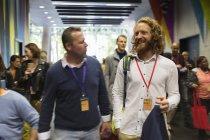 Ділових людей, що прибувають на конференції, ходити в лобі — стокове фото