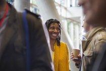 Sourire au réseautage des femmes d'affaires, parler à un collègue à la conférence — Photo de stock