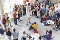 Аудиторія плескаючи бізнесмен доповідачем на конференції — стокове фото