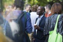 Homme d'affaires avec café parlant à ses collègues à la conférence — Photo de stock