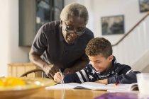 Avô, neto a ajudar com a lição de casa de geometria — Fotografia de Stock