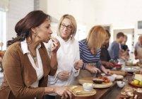Старшие женщины и дегустация сыра в пицца приготовление класса шеф-повара — стоковое фото