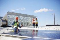 Инженер тестирует солнечные панели на солнечной электростанции — стоковое фото