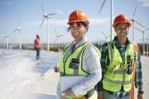Портрет уверенных инженеров на альтернативной электростанции — стоковое фото