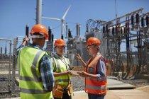 Инженеры с цифровым планшетом на солнечной электростанции — стоковое фото