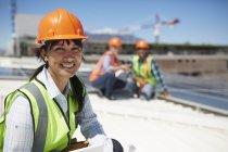 Улыбающаяся, уверенная в себе женщина-инженер на солнечной электростанции — стоковое фото