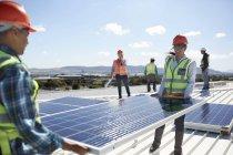 Ingenieure, die Aufhebung von Solar-Panel im sonnigen Kraftwerk — Stockfoto