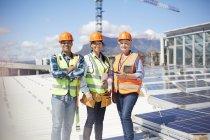 Уверенные в себе портреты, улыбающиеся инженеры солнечной солнечной электростанции — стоковое фото