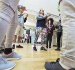 Teenager Klassenkameraden klatschte in Klasse Tanzstudio — Stockfoto