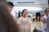 Les adolescents parlent en classe de danse studio — Photo de stock