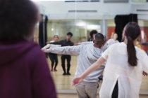Danseurs dansant en classe de danse studio — Photo de stock