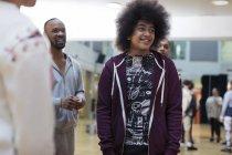 Sorridente adolescente che si gode la lezione di danza in studio — Foto stock