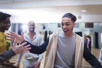 Entusiasta adolescente high-fiving compañero de clase en el estudio de clase de baile - foto de stock