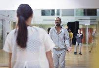 Instructor masculino dirigiendo clase de baile en estudio - foto de stock