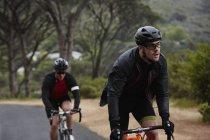 Визначено чоловічого велосипедиста їзда на велосипеді по дорозі — стокове фото