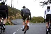 Чоловічий велосипедистів їзда на велосипеді в гірській дорозі — стокове фото