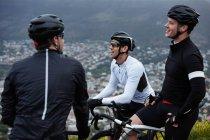 Чоловічий велосипедист друзі взяти перерву, говорили — стокове фото
