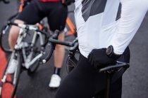 Gros plan cycliste masculin reposant sur le vélo — Photo de stock