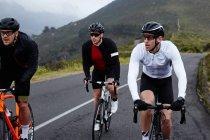 Мужчин велосипедистов Велоспорт на горной дороге — стоковое фото