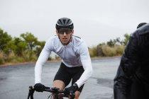 Dedicado ciclista masculina, ciclismo estrada de montanha — Fotografia de Stock