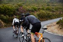 Чоловічий велосипедистів Велоспорт гори на дорозі — стокове фото