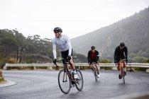 Чоловічий велосипедистів Велоспорт гори на мокрій дорозі — стокове фото