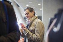 Blick auf Identifikation Konferenzpass Geschäftsmann — Stockfoto