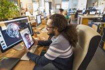 Criativa designer de vídeo conversando com colega em tablet digital no escritório — Fotografia de Stock