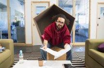 Portrait homme d'affaires créatif souriant et confiant qui travaille au bureau — Photo de stock