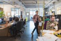 Творческие деловые люди, работающие в офис открытой планировки — стоковое фото