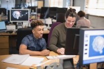 Entrepreneurs créatifs travaillant à l'ordinateur de bureau plan ouvert — Photo de stock