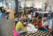 Kreative Business-Leute treffen, brainstorming im Kreis auf den Boden im Büro — Stockfoto
