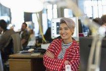 Посміхаючись, впевненої творчої бізнес-леді роботи в Microsoft office — стокове фото